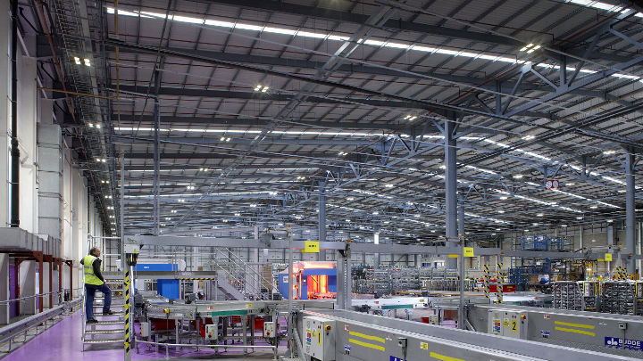 Almacén de Royal Mail NDC alumbrado con sistemas industriales Philips Lighting