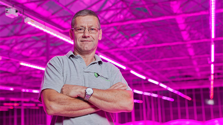 Maarten Bloemen posa en su vivero iluminado con lámparas LED Greenpower de Philips Lighting